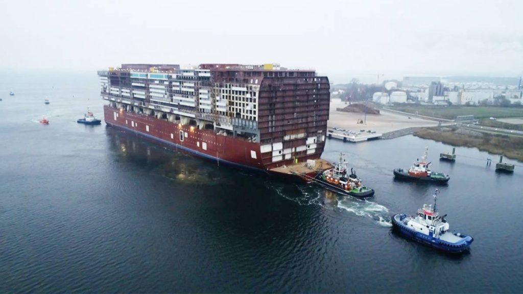"""""""Global Dream"""": Größtes Schiff, das je in Deutschland gebaut wurde: Mittelteil eines Kreuzfahrtschiffes über die Ostsee geleitet"""