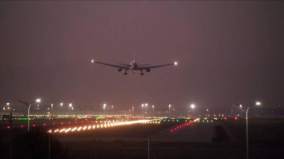 Flugzeug und Landebahn