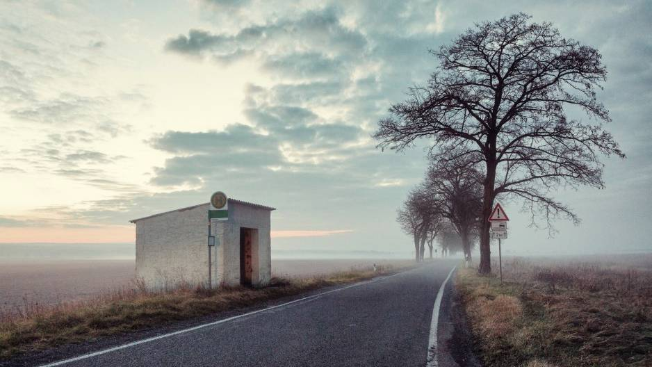 Verlassene Bushaltestelle an einsamer Straße